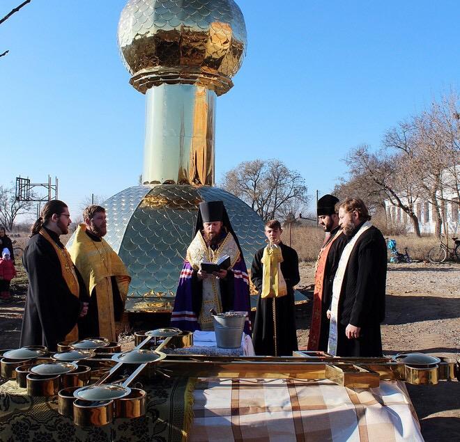 В Измаильском районе освятили и подняли купола на строящийся храм