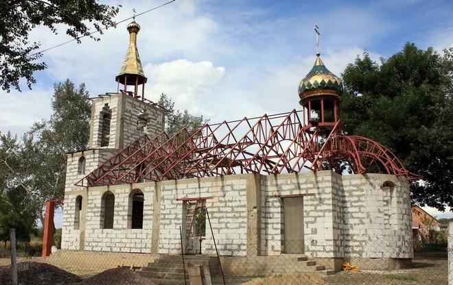 В селе Дунайское Измаильского района подняли купола на строящуюся церковь