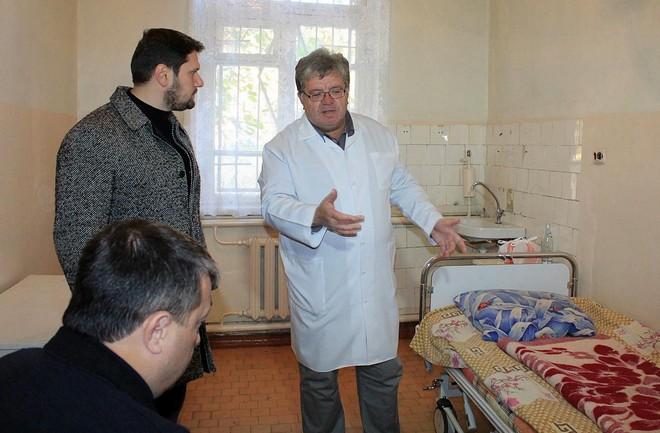 Александр Урбанский увидел, как в Рени устанавливают новые кровати в районной больнице